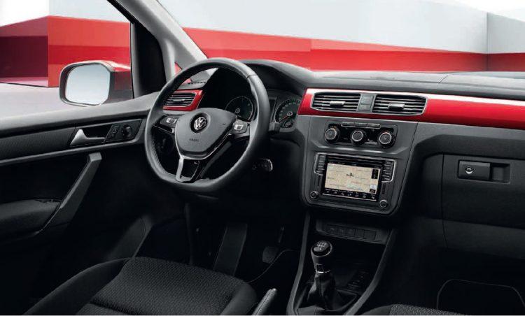 Интерьер переднего ряда Volkswagen Caddy 2016 года