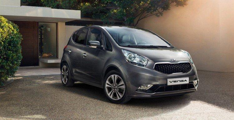 На фото - семейный автомобиль Kia Venga