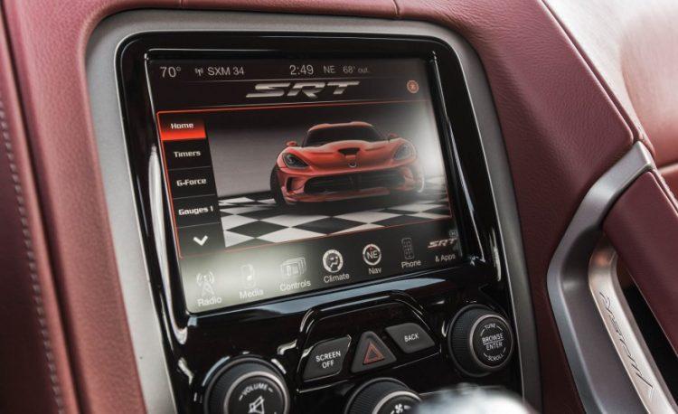 Фото мультимедийной системы Dodge Viper SRT