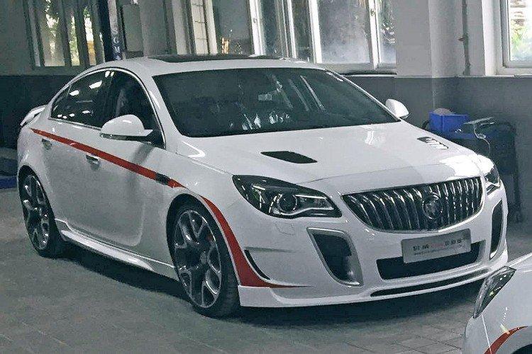 На фотоснимке - Opel Insignia 2020-2021 года