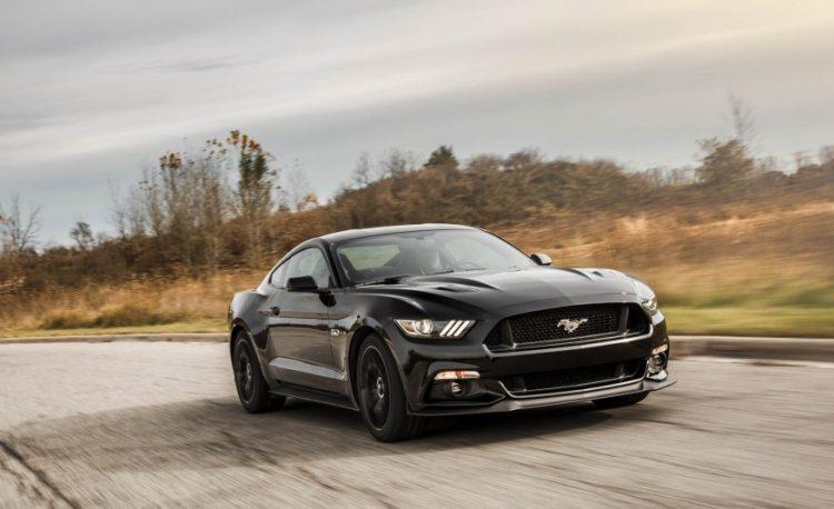 На фото Форд Мустанг GT 2020-2021 года