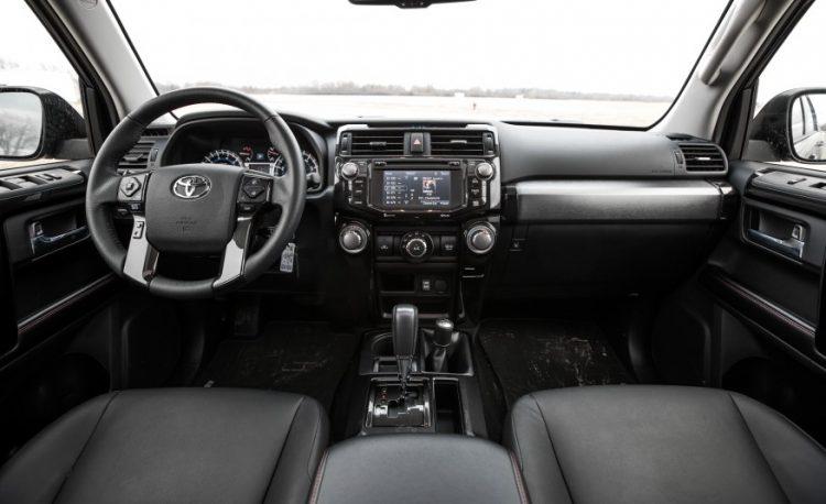 На фотоснимке салон Toyota 4runner