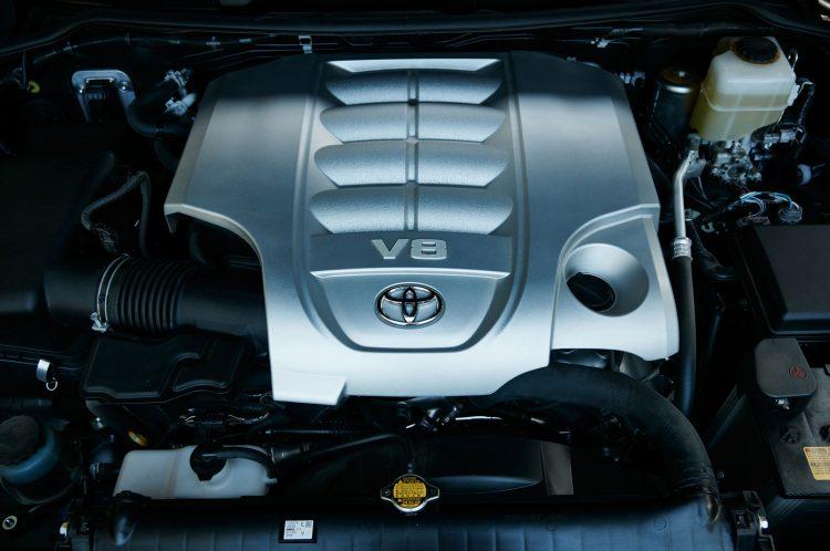 Двигатель Тойоты Лэнд Крузер традиционно любит много кушать