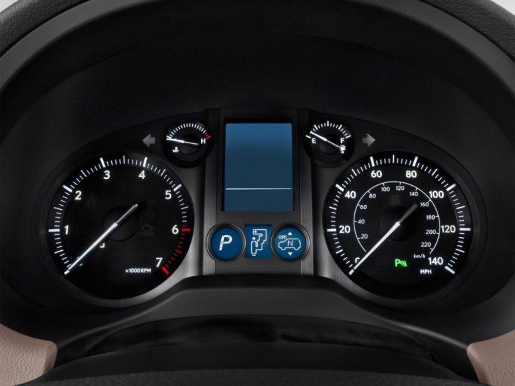 На фотоснимке приборный щиток Lexus GX460