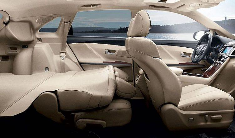 Багажник автомобиля легко увеличивается до 2000 литров