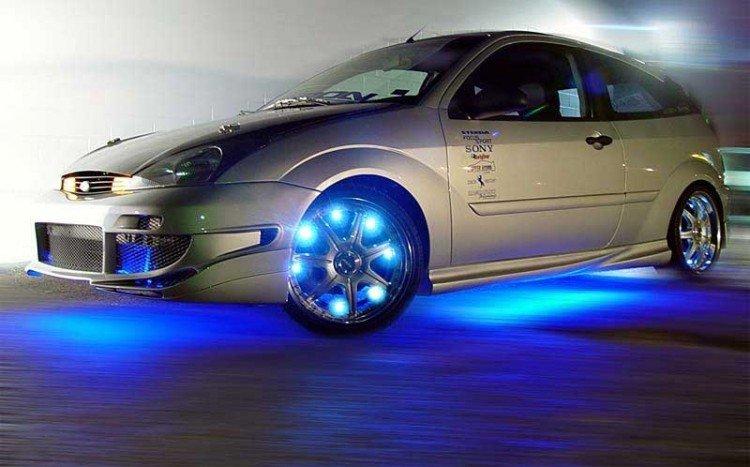 На фото - светодиодная лента на автомобиле