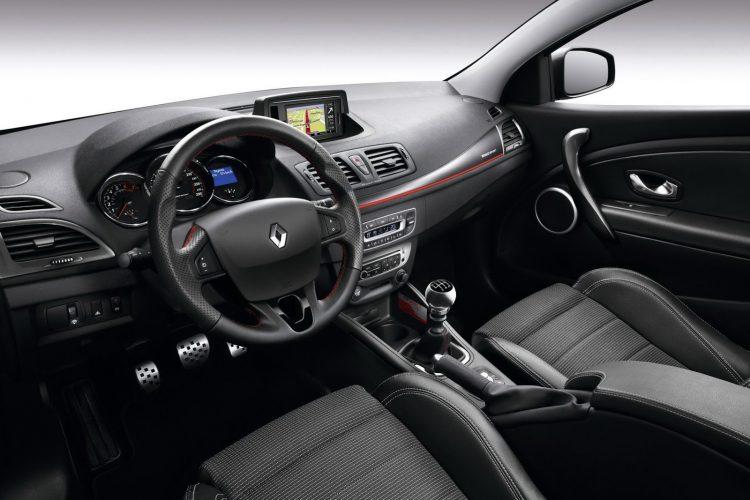 На фото интерьер переднего ряда Рено Меган РС