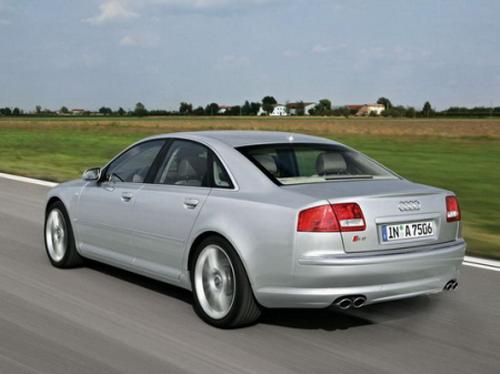 Тест-драйв автомобиля на трассе Audi S8