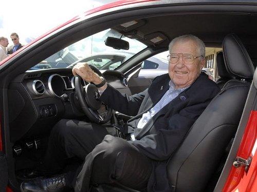 Это Кэрролл Шелби (Carroll Hall Shelby). Человек, который дал имя легендарному Ford Mustang Shelby