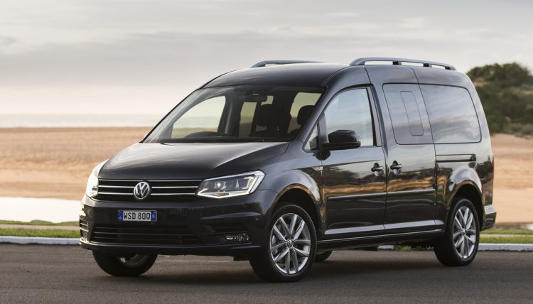 На фотоснимке Volkswagen Caddy Maxi 2016 года
