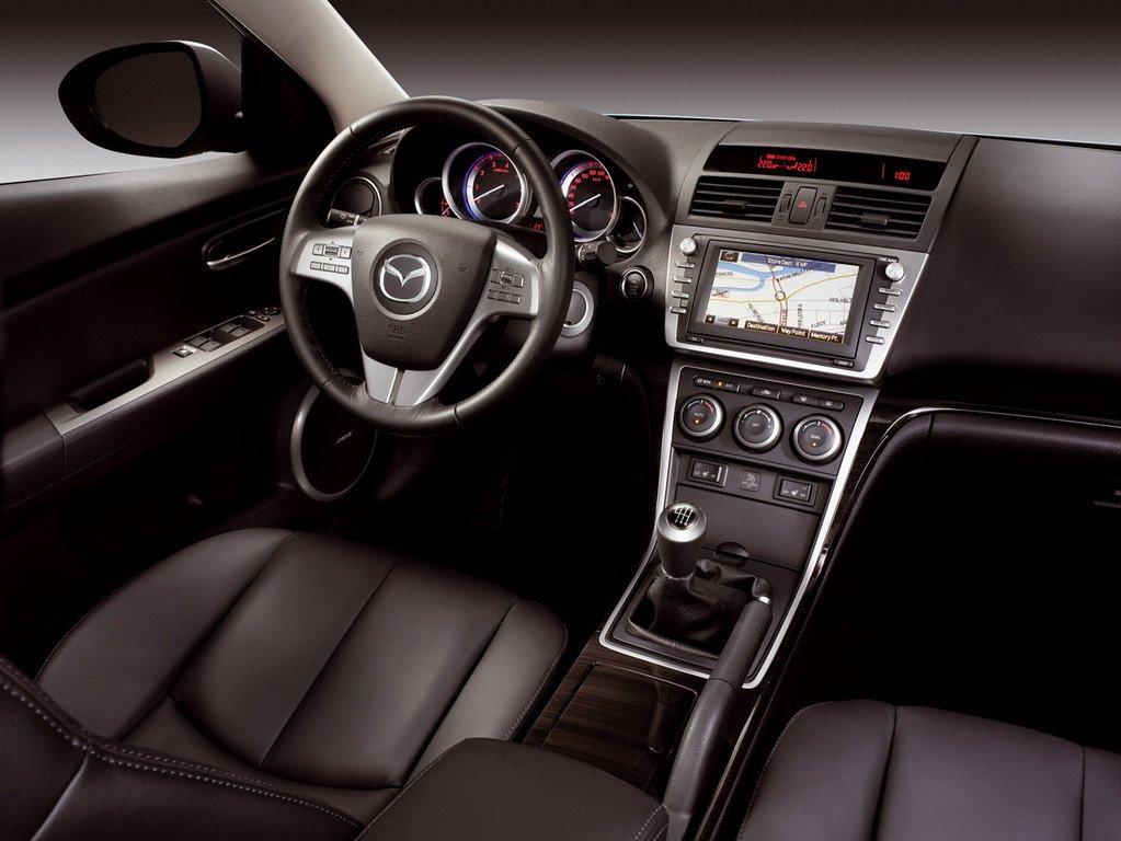 В салоне Mazda6, можно запутаться с набором функций и их управлением
