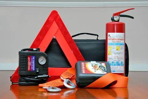 Набор автомобилиста: аптечка, огнетушитель и знак аварийной остановки