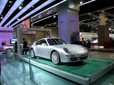 Атмосфера роскоши автосалона Porsche