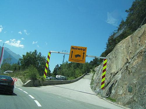 При движении по горной дороге в случае отказа тормозов воспользуйся специальными улавливающими карманами