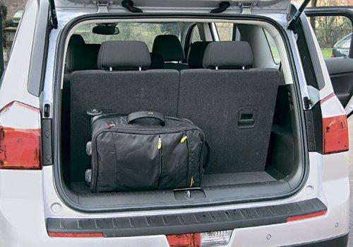 При поднятом третьем ряде сидений, места в багажнике почти нет