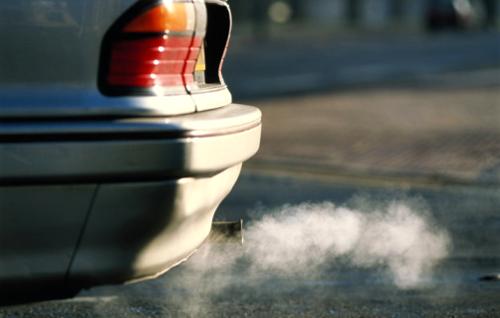 Безобидный белый пар при разогреве двигателя в холодную погоду