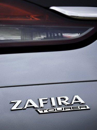 Эмблема на автомобиле Opel Zafira Tourer