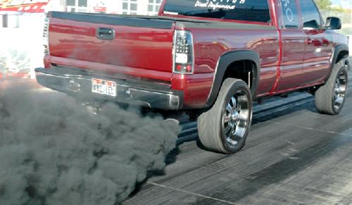 Черный цвет дыма из выхлопной трубы обусловлен наличием сажи