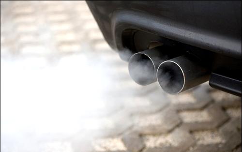 Дымом из выхлопной трубы автомобиль сигнализирует своему владельцу о неисправности