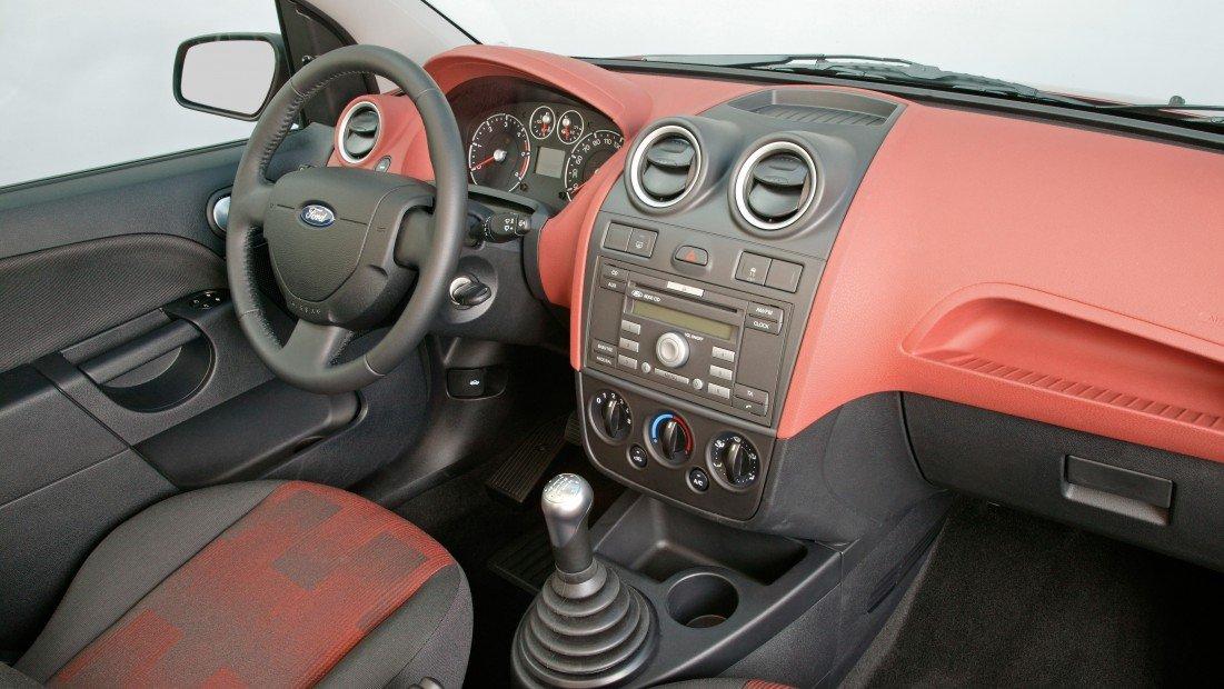 Саон автомобиля простой и функциональный