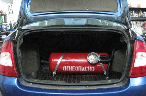 Газовый баллон устанавливается в багажник автомобиля, немного сокращая полезную площадь