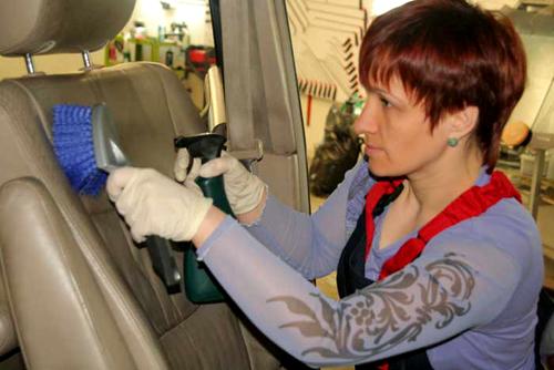 Будьте осторожны, дополнительно используя щетку для химчистки кожаных кресел авто