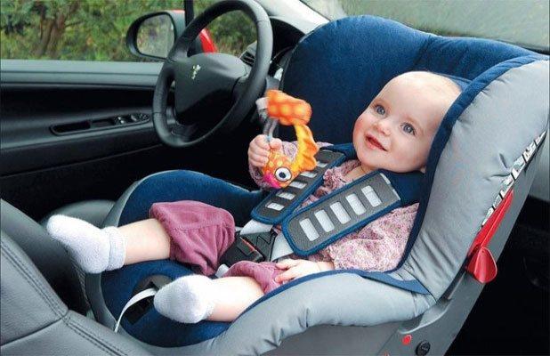 На переднем сиденье ребенка нужно перевозить спиной вперед, предварительно отключив подушку безопасности