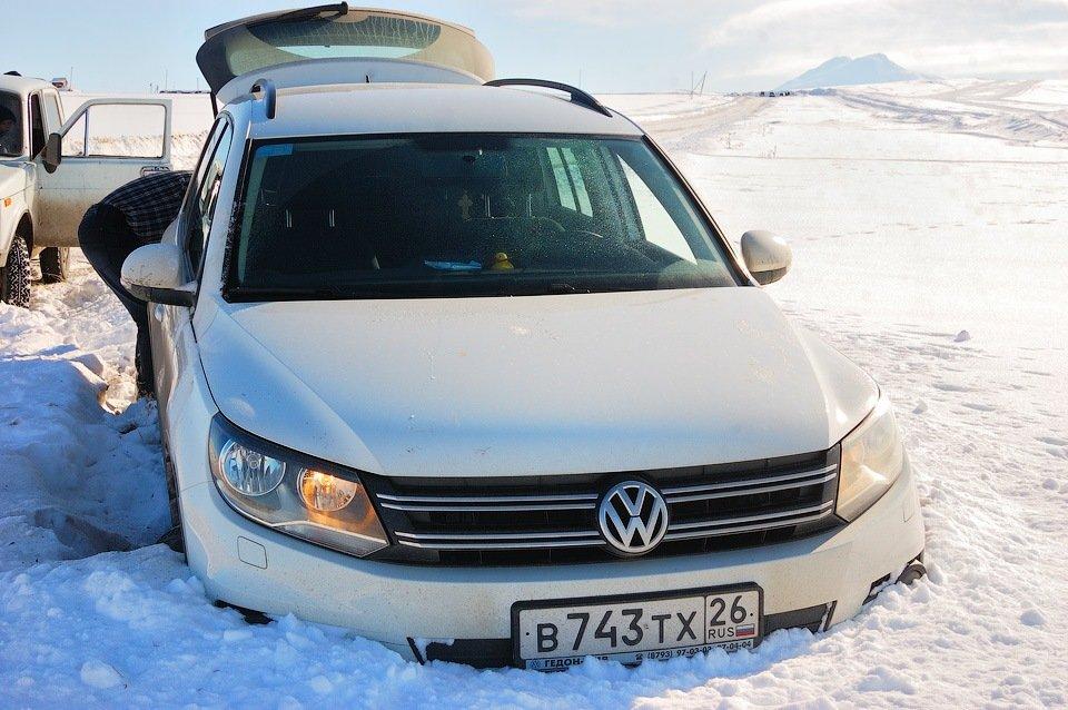Если автомобиль сел кузовом или на мосты - нужно очистить снег под ними