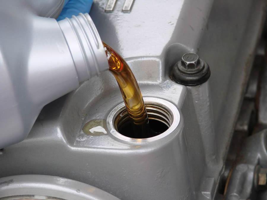 Через сколько менять масло в двигателе на