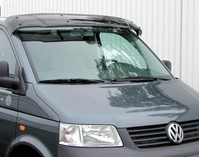 Автомобиль с козырьком на лобовом стекле