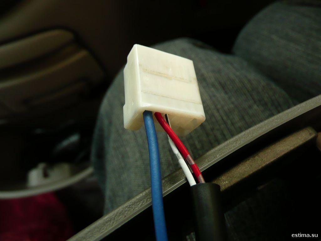 Вставляем провода в коннектор
