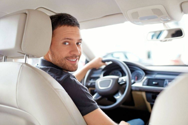 На фотоснимке водитель, купивший ОСАГО онлайн