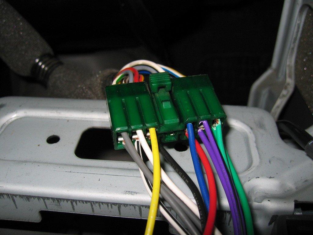 Разъемы, в большинстве магнитол маркированы, что не составит труда подключить самостоятельно