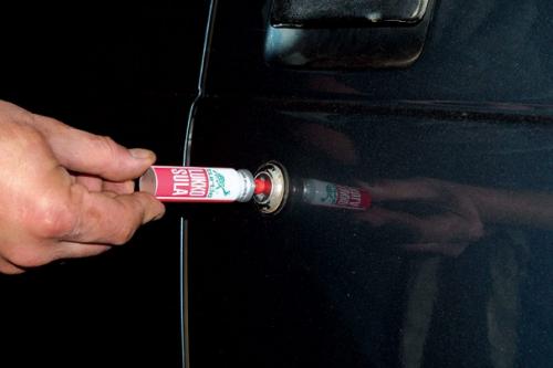 Обработка замочных скважин автомобиля один из важных моментов при мойке автомобиля в зимних условиях