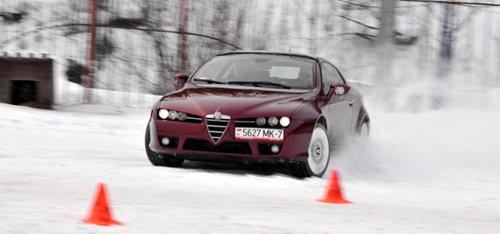 Учащиеся курсов экстремального вождения отрабатывают контраварийные приемы на собственных авто