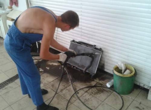 Если радиатор загрязнен его необходимо промыть как снаружи, так и внутри
