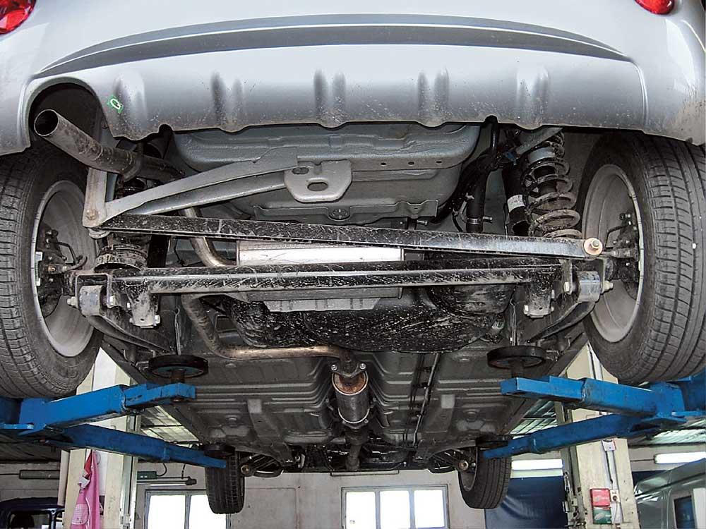 Осмотр нижней части автомобиля