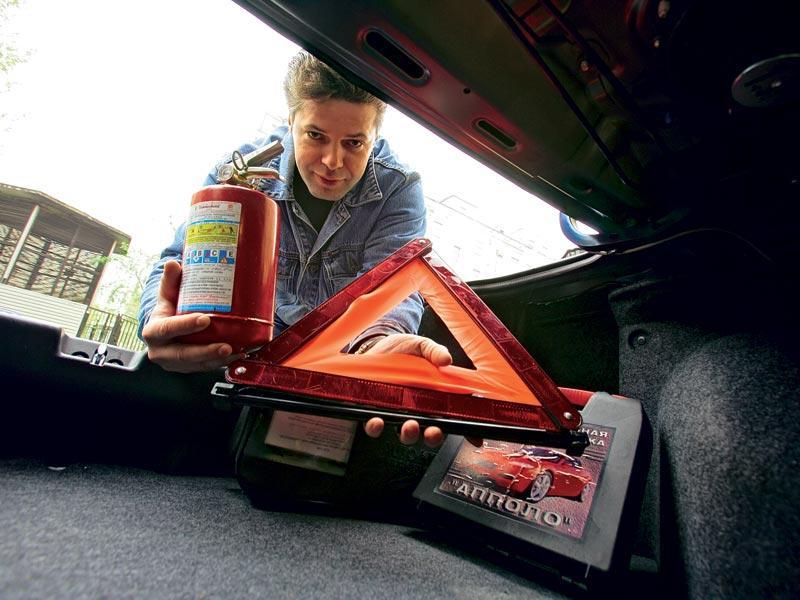 Некоторые, считают лучшим местом для хранения огнетушителя – багажник