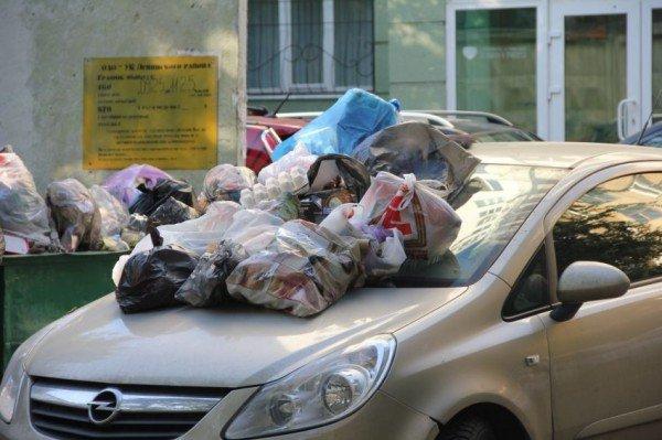 Парковка возле мусорного бака