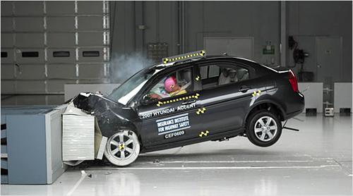 Для погашения силы удара передняя часть авто всегда менее прочна, чем средняя