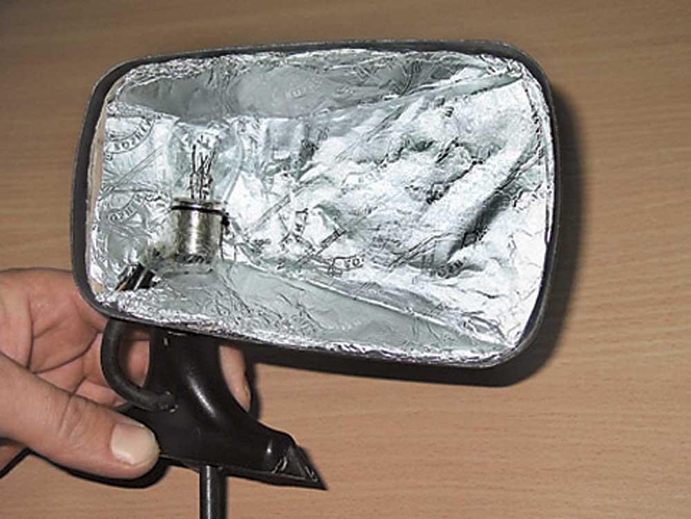 Подогрев зеркала с помощью лампочки и теплового экрана