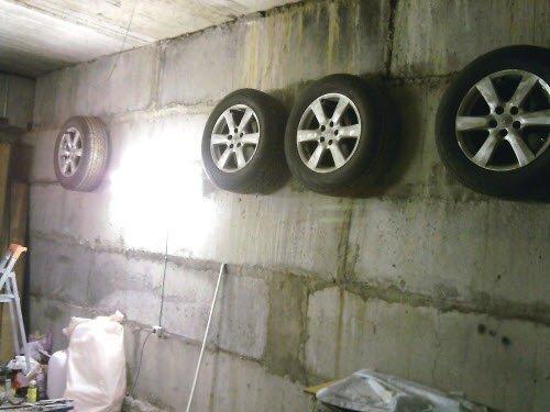 Многие хранят шины, подвесив их в своем гараже