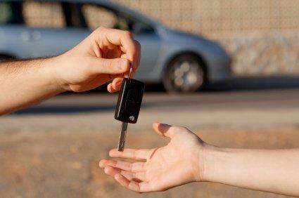 Передача ключей от автомобиля новому владельцу