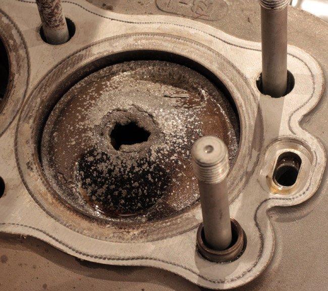 Прогоревыший поршень бензинового двигателя