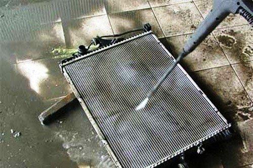 Промывка радиатора водой под давлением