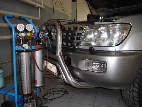 Процесс заправки автомобильного кондиционера