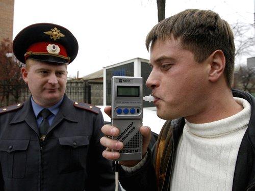 Проверка сотрудником ГИБДД содержания алкоголя в организме нарушителя