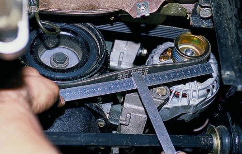 Если ремень проскальзывает, и ток жидкости в радиаторе слабый проверьте натяжение приводного ремня помпы