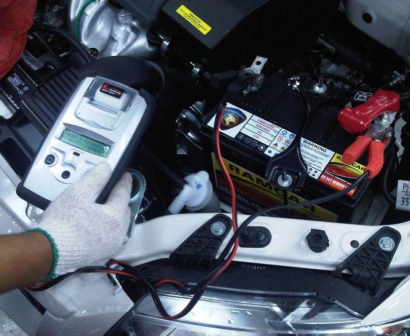 Иногда, следует проверять заряд АКБ своего автомобиля