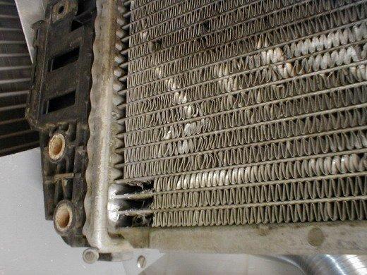 Нужно проверить поврежденные участки радиатора и устранить их течь